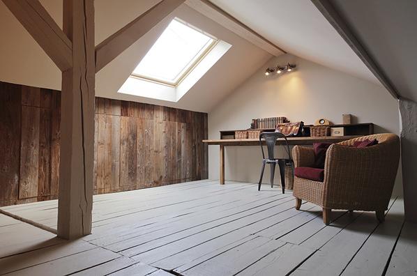 grenier aménagé en bureau avec fenêtre de toit